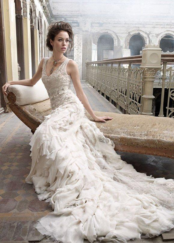 В традиционном стиле последняя коллекция свадебных платьев Lazaro (Лазаро) сочетает в себе