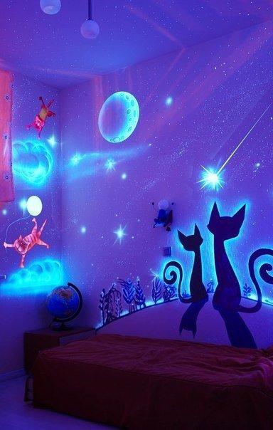 Необычный дизайн интерьера для детской комнаты можно создать с помощью флуоресцентных красок. При свете комната выглядит вполне обычно, а вот в темноте она расцветает удивительными картинками.    Флуоресцентной краской можно расписать стены в детской комнате, чтобы получить необычный интерьер. Теперь светящиеся в темноте рисунки будут способствовать тому, чтобы ребенок ложился спать в свою кроватку.