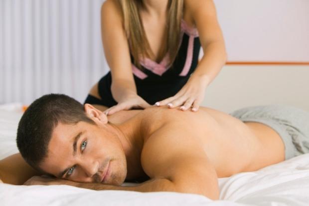 фото девушка делает парню массаж