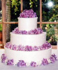 Свадебный торт с сиреневыми цветами гортензии