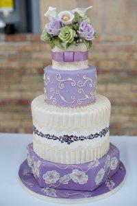 Нежный фиолетово-белый свадебный торт