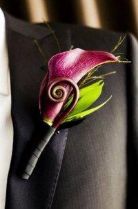 Бутоньерка жениха из каллы: фиолетовый и цветы