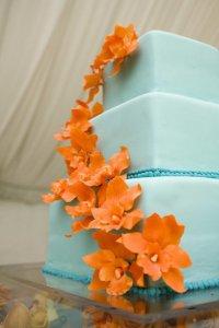 Голубой свадебный торт с оранжевыми цветами