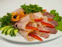 Оформление мясной нарезки: каллы