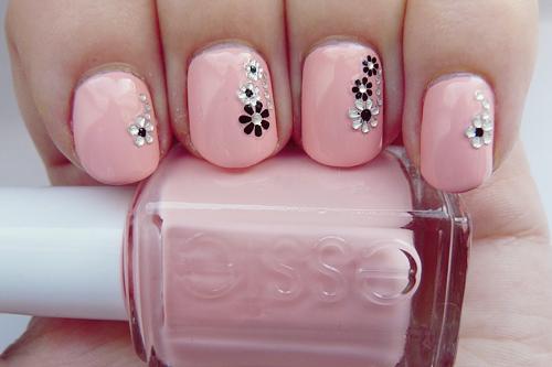 Фото розового лака на ногтях рисунками