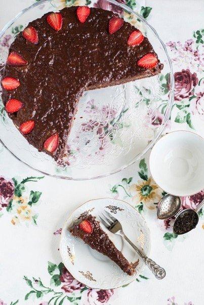Шоколадный клубнично-банановый торт без выпечки
