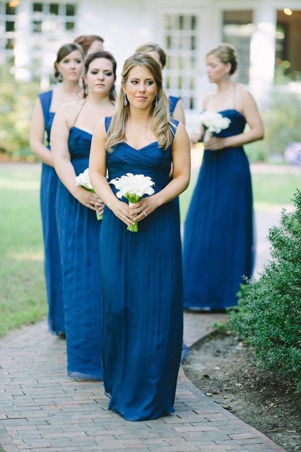 а также советоваться, где купить (сшить) платья для подружен невесты. И опять же, кто должен это всё оплачивать: невеста или её подружки