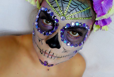 Идея макияжа на Хэллоуин: сахарный череп со стразами