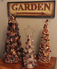 Симпатичные елки из шишек и высушенных цитрусовых