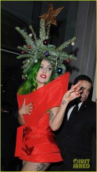 Новый странный наряд Леди Гаги: новогодняя елка