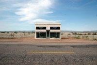 Не к месту: магазин Prada на обочине шоссе в Техасе