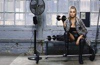 Спорт — в массы: новая коллекция  Chanel на фоне спортзала