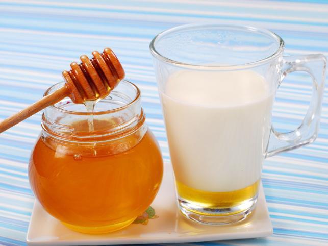 Молоко и мед помогут отбелить кожу