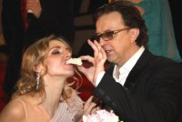 На празднования десятилетия собственной свадьбы певец Рома Жуков увозил килограммы цветов в столичном такси.