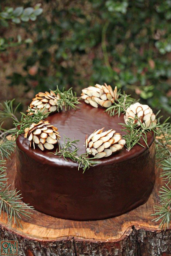 Как украсить торт: шишки из миндаля и шоколада
