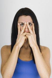 Йога для лица: упражнение «V» для устранения морщин вокруг глаз