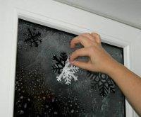 Новогоднее украшение дома: снежинки на морозном окне