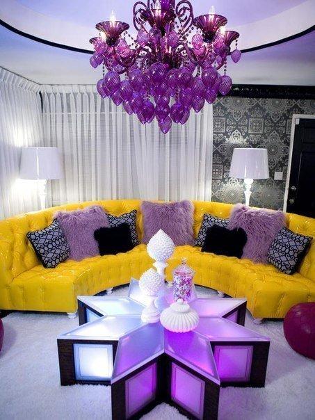 Сочетание желтого и фиолетового в интерьере