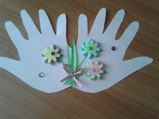 Идея поделки на 8 Марта: открытка с цветами на ладошках