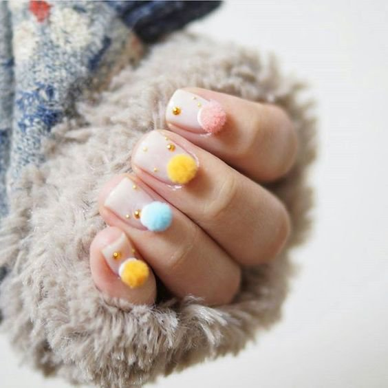 Новый тренд в маникюре: помпонные ногти