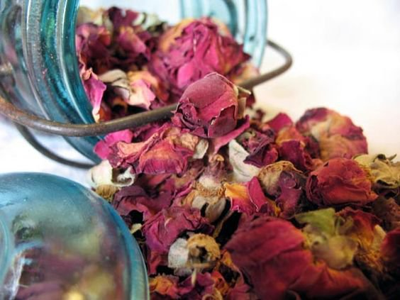 Что можно сделать и высушенных лепестков роз