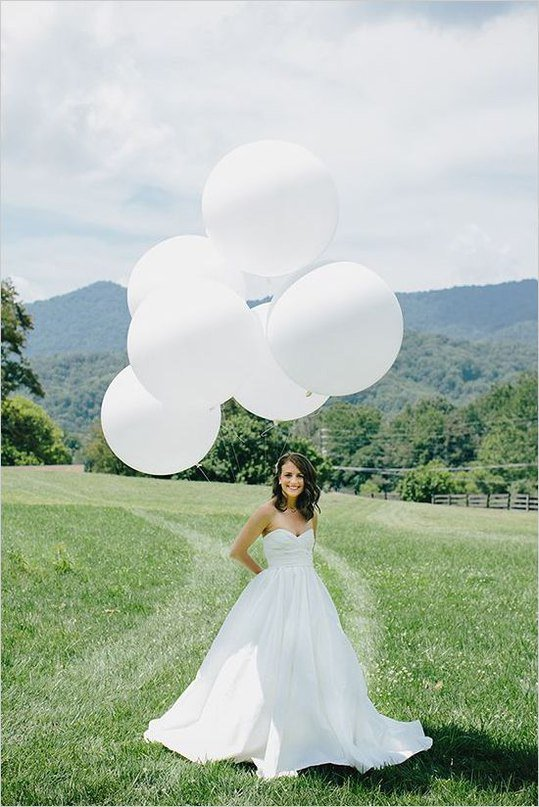Идея для летней свадебной фотосессии: воздушные шары