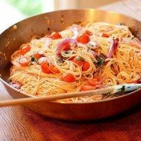 Паста с чесноком, томатом и базиликом