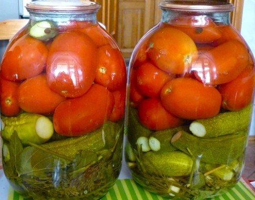 Овощное ассорти: помидоры с огурцами на зиму