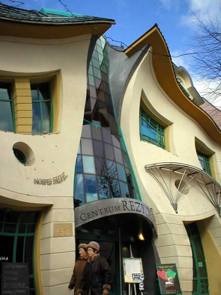 Кривое здание в Польше