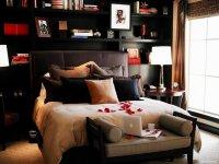 Лепестки роз в спальне - подарок для любимого человека