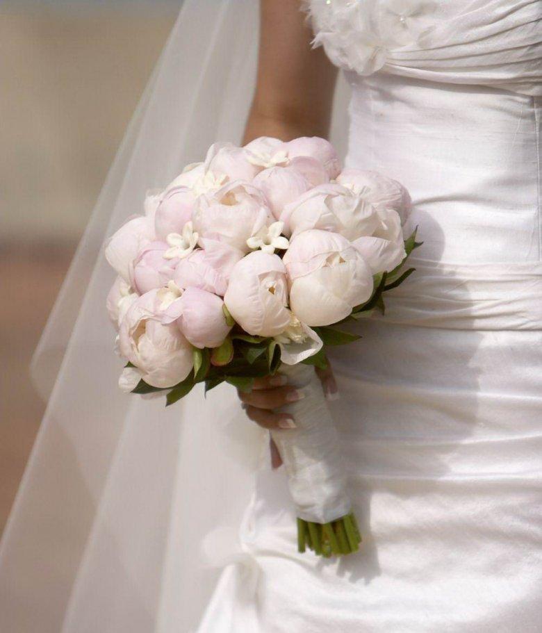 Круглый свадебный букет невесты из пионов, кривой рог донецке