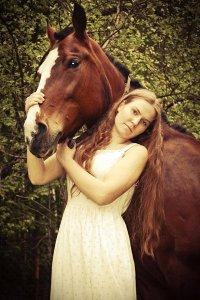 Русская женщина коня на скаку не остановит