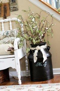 Идея для интерьера: бидон в качестве напольной вазы