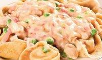 Пельмени с креветками и горошком под сливочным соусом