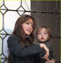 Сыл Анджелины Джоли выбросил с балкона кролика