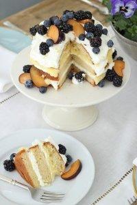 Бисквит с лимонной помадкой, взбитыми сливками и ягодами