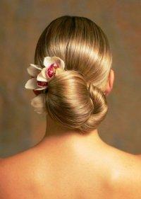 Гладкая прическа на длинные волосы