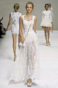 Белое кружевное макси-платье от D&G