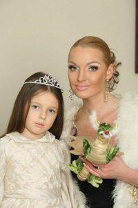 Анастасия Волочкова научила дочку говорить «поцелуй меня в пачку»