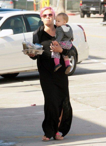 Певица Pink отмечает день рождения дочери в больнице