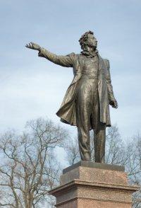 Ко дню рождения Пушкина помыли памятник поэту