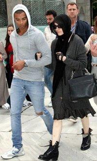 Мадонна с молодым любовником решила стать бабушкой