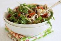 Лапша лингвини с грибами, помидорами и рукколой