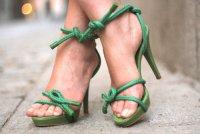 Симпатичные зеленые босоножки на каблуке