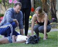 Дженнифер Лоуренс помогает потерявшей сознание женщине