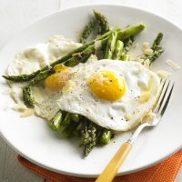 Жареные яйца со спаржей и сыром