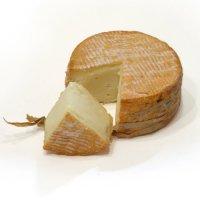 Закуски к вину:  сыр Маруаль