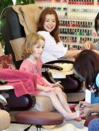 Элисон Ханниган с дочерью Сатьяной в салоне красоты