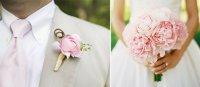 Сочетание бутоньерки жениха и букета невесты: розовые пионы