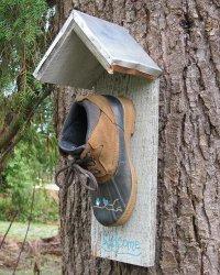 Домик для птиц из старого башмака